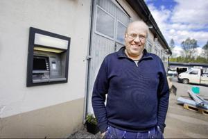 Lars-Gunnar Holgersson har varit drivande i intresseorganisationen Forum Frostvikens fleråriga kamp att få till en uttagsautomat till Gäddede. I maj kom den på plats och nu har den nyligen laddats med pengar.