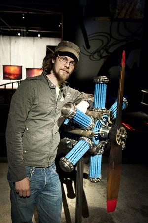 Pontus Ersbacken med sitt verk, Motor, tillverkad av stål och segellinor.
