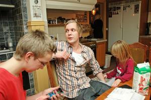 Andra barnet Oliver valde kockyrket och har trots att han endast är 22 år jobbat på två av Grand Hotells restauranger i Stockholm. I dag gör han desserter på en av den kända tv-kocken Melker Anderssons krogar. Här sitter han med Petrus och Freja.