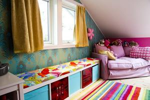 Turkost. Dottern valde själv turkost och rosa till sitt rum, perfekta färger i ett sovrum, enligt feng shui.