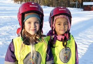 Femåringarna Amelia Nyhlin och Linn Li-Weinestad tycker om att leka utomhus.