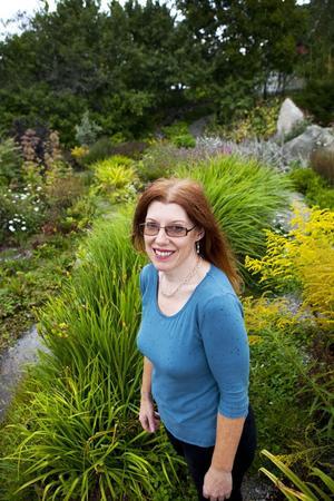 Till freds. Gunilla Bäcklund tycker hon har lagom att sköta om i trädgården.