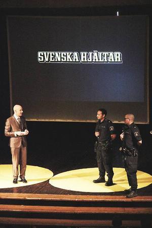 Mark Levengood tillsammans med polisassistenterna Björn Olofsson och Jonas Daunfeld från polisens ungdomsgrupp.