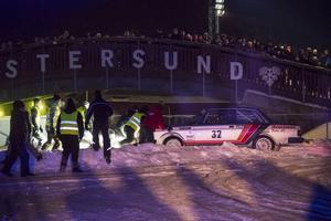 Oskar Sundell, Sandviken, hamnade lite på fel spår på Östersund skidstadion inför ögonen på de stora publikmassorna.