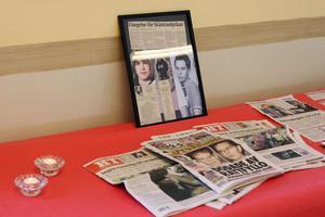 På den ordnande minneslunden fanns artiklar och bilder från den tragiska olyckan. Och där hade besökarna möjlighet att tända ljus.