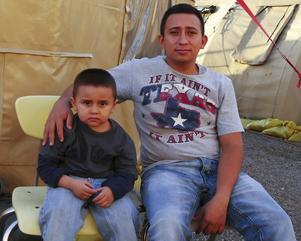 Wilmer Villatoro och sonen Wilmer Alexander har flytt från gängvåldets El Salvador till USA.   Foto: Helena Gustavsson/TT