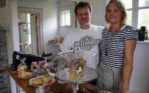 Ann-Marie Löf och Tommy Jansson bor i Sifferbo och driver sommarkafé i Djurmo.FOTO: CHARLOTTA RÅDMAN FRANS