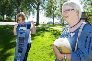 Tracy Solheim från Minnesota visar upp sin kviltade bordsduk för Sylvi Nilsson.