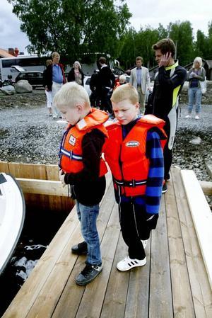 FÖRVÄNTANSFULLA. Efter att ha varit med på invigningen av Axmar undervattenspark for Calle Helmersson och David Blomkvist ut till Malmharen för att få se riktiga vrak.