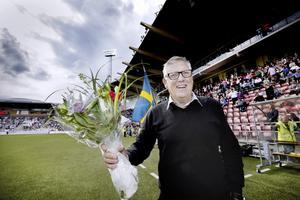 Hyllad på Behrn arena. I samband med söndagens match mellan ÖSK och Norrköping uppvaktades 70-åringen Thomas Nordahl.