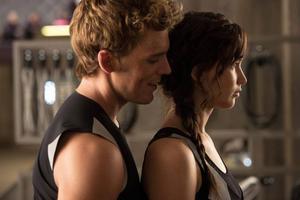 Jennifer Lawrence och Josh Hutcherson tvingas hålla skenet uppe om sin kärleksrelation så fort strålkastarljuset riktas mot dem. men vad känner Katniss egentligen? I
