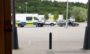 Här på parkeringen, greps en person av polisen.