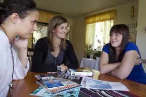 Jenny Nielsen, Iris Kuylenstierna, Ellen Kristensson och den fjärde reskamraten Elin Styf, har bara timmar kvar till avfärd. Telefonen och datorn blir viktiga redskap för att kunna hitta rätt på vägarna och boka hotell, etcetera. Men papperskartan får följa med,