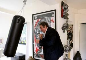 Forne boxaren Alexander Lindström går gärna loss på boxningssäcken i  familjens vackra hus. a316b5ced2201