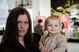 Mia Bergman, en av arrangörerna, passade på att introducera sin lilla dotter för litteratur.