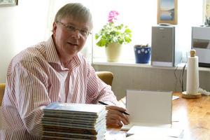 Roger Broberg har haft lite att göra de senaste dagarna med att numrera den del av de 900 exemplaren av boken Finnbäcks-Lars visor.