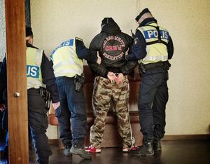 Två personer greps för misshandel under auktionen.