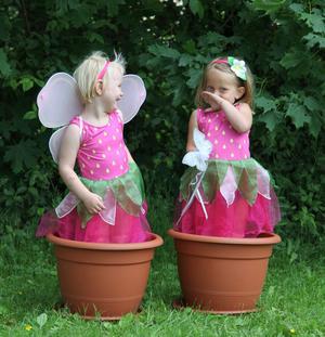 Finaste jordgubbsplantorna, flickorna är kusiner och mina barnbarn