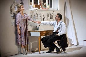 Eva Röse och Kjell Bergqvist spelar rollerna som Laura och ryttmästaren i Strindbergs pjäs Fadern på Stadsteatern i Stockholm.