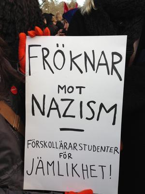 Plakat på antirasistdemo i Kärrtorp.