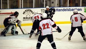 Malungs kanadensare Michael Bodley söker passningsvägar bakom Niklas Hallqvists mål. Framför det försvarar Mattias Eriksson (21), Kristoffer Nilsson (22) och Johan Granberg (5).