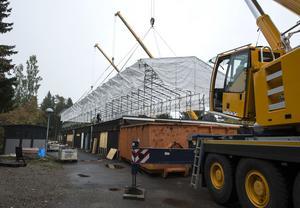 Det 50 meter långa och 14 meter breda tältet sitter nu två meter högre än tidigare.