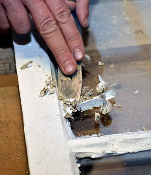 Innan man skrapar gammalt fönsterkitt bör man värma kittet och stryka på lite linolja så det mjuknar. Det underlättar skrapandet.