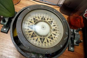 Tar riktning. Den gamla och vackra kompassen använder Karsten fortfarande när han navigerar.