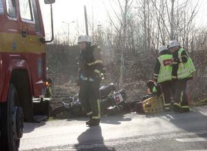 En person vårdas efter olyckan.