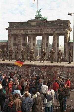 Brandenburger Tor i Berlin. Två dagar efter murens öppnande för exakt 20 år sen stod det åter östtyska gränssoldater på Berlinmuren. Men murens dagar var räknade. Ett år senare hade Tyskland återförenats. Tyvärr blev det delning snarare än återförening som präglade resten av omvälvningen i Öst. Värst gick det i Jugoslavien som bröts sönder av inbördeskrig.   Foto: LIONEL CIRONNEAU/AP/Scanpix