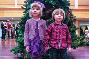 Syskonen Frida och Filip Olofsson var två av ungefär 250 barn som alla fick med sig en godispåse hem.