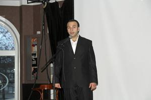 George Rabat, flykting som numera bor i Hudiksvall, sjöng två sånger