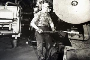 Här smider Denis Rystedt en vändhake till ett brytjärn i nya smedjan, som invigdes 1972.