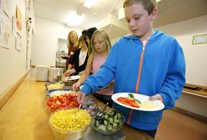 Eleverna i skolans miljöråd, Fabian Masar och Ella Sundberg längst fram, slänger aldrig mat.