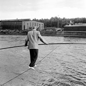 När Alla Lundberg den 22 juli 1953 gick på lina över den brusande Avesta forsen fanns Ingvar Vestlund på plats och förevigade det hela.