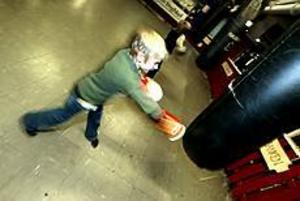 Foto: NICK BLACKMON Nybörjare. Joel Modig, tio år, ger sandsäcken på Block 17 en rak höger. - Det är första gången jag provar boxning, säger han.