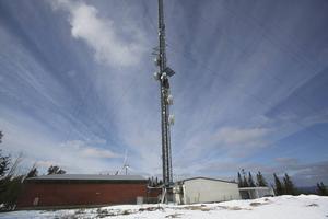 26 mars 2015. Tele och internetproblemen i Lillhärdal berodde ett vindkraftverk som störde signalen från masten på Brickan, enligt Telia. Det tog flera månader för Telia att klura ut det till stort förtret för både privatpersoner och företagare.