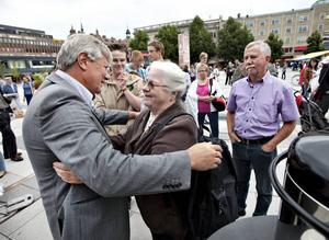 Britt Söderlund var en av åhörarna som passade på att byta några ord med vänsterpartiledaren Lars Ohly.