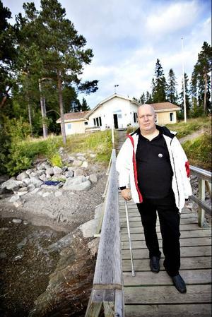 Sjövillan i Byskogen kan komma att säljas som privatbostad. Stefan Wikén (S) protesterar och tycker inte att ett staket strax ovanför trappstegen skulle vara nog för att freda stranden för allmänheten.