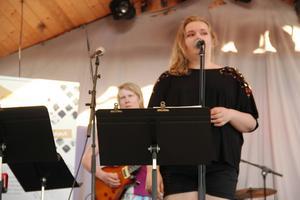 Alla elever fick välja två låtar var. Här står Petra Isacson och klasskompisen Jakob Linder på scenen.