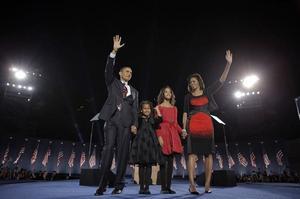 4 november. Demokraten Barack Obama väljs till USA:s näste president. Segern välkomnas världen över. I ett känsloladdat tal inför hundratusentals människor i hemstaden Chicago lovar Obama att arbeta för ett förändrat USA.