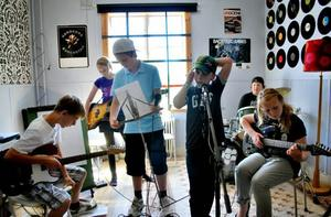 ställer sig i startblocken.  Sveng är ett av två band som spelar på  Rock Camp,                  ett sommarlägret  i Sandviken. När veckan är slut har de gjort en skiva med en egenskriven låt.