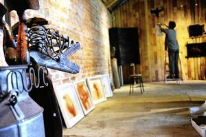 Samlingsutställning. Brita Sandewall förbereder inför fredagkvällens vernissage av Varelse o Väsen, en utställning med 16 konstnärer i Galleri Södra Hyttan i Hjulsjö.Foto: Sofia Gustafsson