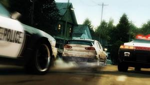 Häftiga bilar i svagt spel.