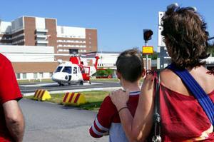Sommarvistelsen i Sverige tog en dramatisk vändning i samband med trafikolyckan i fredags. Men i går kom 13-åriga Sergei tillbaka med helikopter från Umeå universitetssjukhus. Kompisen Andrei och sommarmamman Annalena Persson väntade otåligt på helikopterplattan vid Sundsvalls sjukhus.