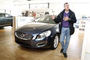 Det går bra för bilbranschen nu. Anthony Wickham är en av många som kör i en ny bil.