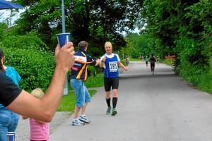 Magnus Jacobsson tar emot vatten av Per Svärd.
