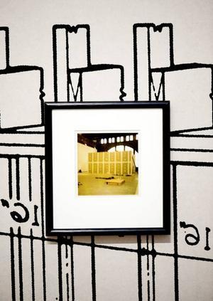 """""""Poolside Motel"""" har Clay Ketter tillverkat av väggarna till ett dockskåp. """"Surface Composite #1"""" 1995 är ett tydligt exempel på hurClay Ketters tidiga verk såg ut. Sandlådan är också typiskt Clay Kettersk. I stället för sand är den fylld med blyhagel."""