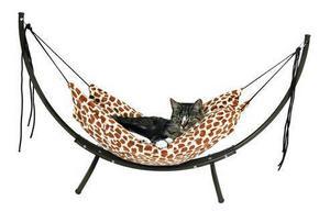 Klart katten ska ha en hammock att gunga i. Kostar 485 kronor hos djurbiten.com.