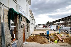 Sundsgårdens uteservering håller på att byggas i hamnen precis intill Strandhugget, som i fortsättningen ska heta Café och restaurang Hamnen.